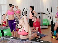 Fitnessrum Stora bröst babes suger och knullar lärare kuk