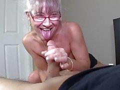 Dünn greyhaired Granny saugt meinem Schwanz