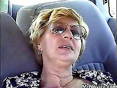 Otomobilde Büyükannen Parmaklı sikiş