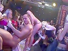 Muskulöser Knall knallt sexy Babe hart an einer Sexparty
