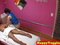 Smalltire massagista asiática sugando até corrida
