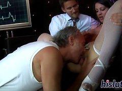 Busty Krankenschwester wird in einem Dreier verschraubt