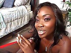 Reizvolle Eben Babe Striche ihrem Mann die Schwanz, während Rauchen einer Zigarette