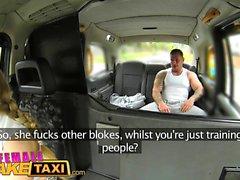 Nainen Fake Taxi Stud kattaa kuljettajat iso tissit cum