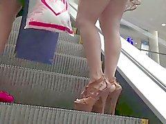 Mulheres maduras se saia tiro em escadas rolantes