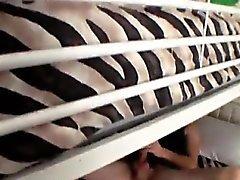 Хардкор татуированный веселых мужчин щекотать водит к мастурбация