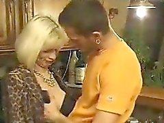 Blond Oma ist anal gefickt in einer Küche Cuckold