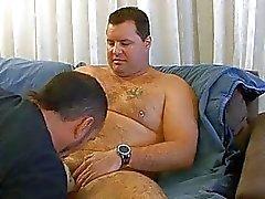 Fat karhu runkkaa suihkussa
