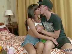 Bro Seduce Petite Step-Sister pour obtenir la première baise et le visage