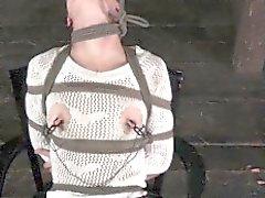 Bounded bondage secondario corpo a Bonnie Giorno bloccata con pioli di legno