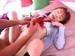 Petite giapponesina funziona la figa pelosa a ogni pollice
