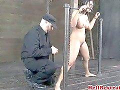 Bdsm aux gros seins retenu sous- dans prison