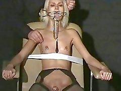 Sexy blonde Wynters extreme piercing straffen