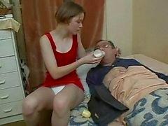 La nena Cuida de su tio nen enfermo