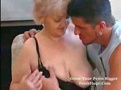 Busty Oma bei Strumpfhosen liebt Hahn