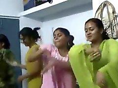 Bangladeshilainen Hostel tyttö tanssii