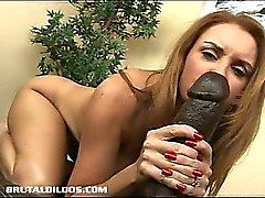 Bystig MILF Janet vidtar alla tänkbara foten av en big brutal dildo