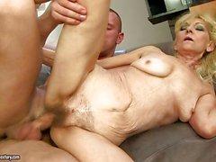 Reizenden netten Babe bekommt ihre nasse alt enge Muschi mit massiven polig fammed
