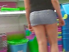 mulher em mini-saia de ultra sem calcinha