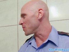 babes carcéral Busty gicler dans la douche trio