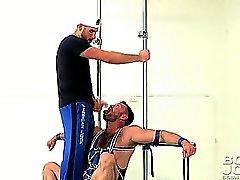 Аарон Cage получает всем привязан в течение некоторого человека к человеку меры!