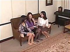 Esses bebês lésbicas asiáticas estão dando um um orgasmo vibrando