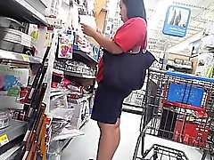 Chunky bebé va de compras y se ve atrapado en una c oculta