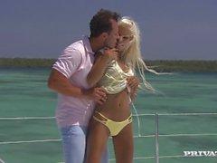 Blonde Boroka hat Hardcore Sex auf dem Deck einer Yacht