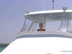 Blonde Boroka A Hardcore Sex sur le pont d'un yacht
