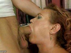 Nasty Großmutter setzen ihre alter Mund in eine junge harter Schwanz zu arbeiten