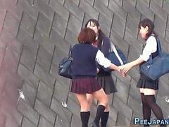 Japanische Teenager pissen