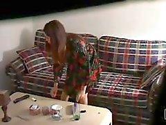 Скрытых камерой перехватывает ороговевший азиатского куриных мастурбацией на диване