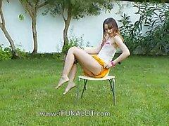 Ivana Teen nass auf der Garten