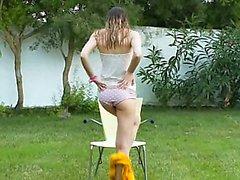 Ivana teen ottenere bagnato sulla giardino