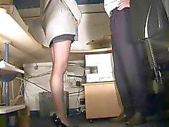 Sekretärin in Strümpfen verprügelt