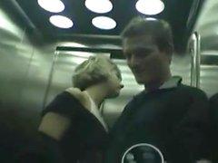 Teen GF öffentlichen BJ Aufzug publicflashing