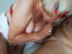 Blonde Oma in Unterwäsche, die das Unternehmen ausführt