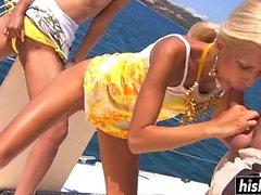 Wunderschöne Mädchen ficken zusammen auf dem Boot