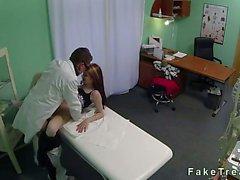 Arzt fickt seinen Patienten am Sicherheits Nocken