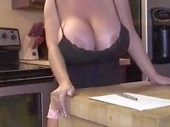 Mom verführt in der Küche mit ihren Titten
