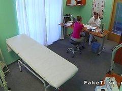 Arztes fickt short haired Patient auf Sicherheitskamera