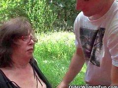 Granny получает ее мудак вторгся на природе
