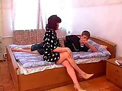 Mature Mom Wacht junge Houseguest