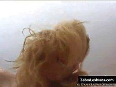 De zèbre de filles - d'ébène filles lesbiennes baisent godemichets profondes les jouets onze