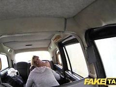 Gefälschte Taxi riesige natürliche Titten auf blonde Modell Felgen den Fahrer