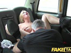 Taxi falso enormes seios naturais no modelo louro jantes o motorista