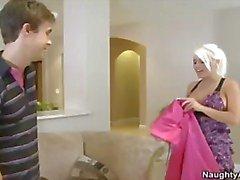 Kuuma blondi MILF morsian iso ovenkolkuttimet saa survotaan nuori kukko jakasvojen