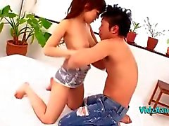 Vollbusige asiatischer Mädchen bekommen ihre Pussy leckte sitzt auf ihrem Freund -Gesicht auf dem Bett im bedroo