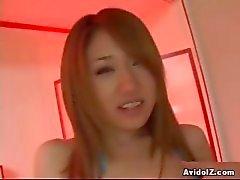 Hete Japanse babe neukt zichzelf met grote dildo ongecensureerde