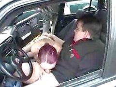 Пожилые Slut Блоуинг Дун в автомобиль